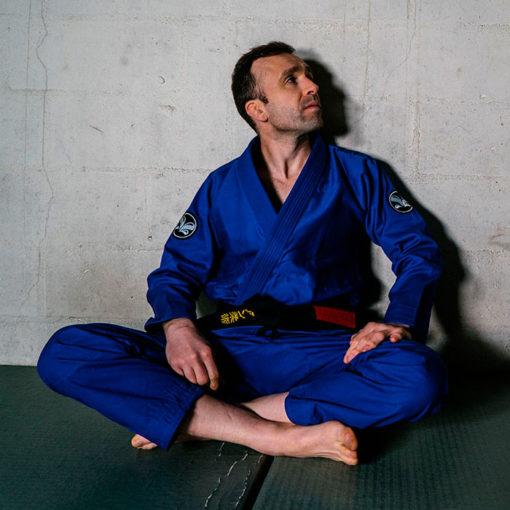 Kimono JJB Practise bleu assis