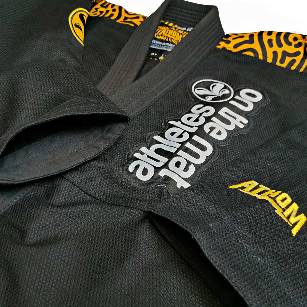 vue proche des broderies, manches et patch du kimono de jjb flash