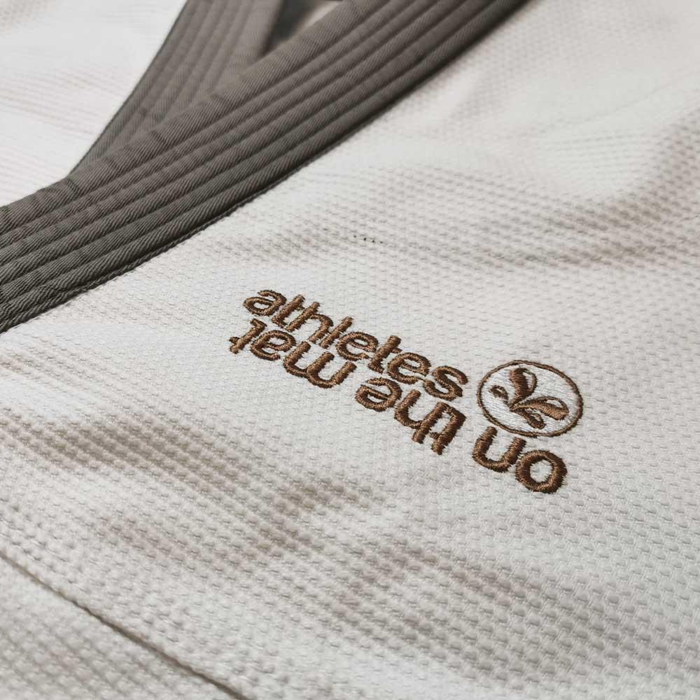 details de la broderie sur la poitrine du kimono JJB Camo